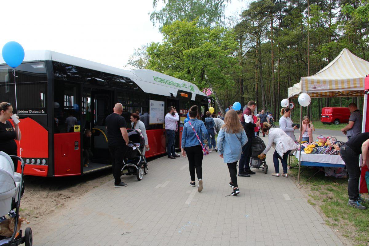 Autobus elektryczny, zakupiony z funduszy unijnych, prezentowany mieszkańcom Ostrowa Wielkopolskiego podczas Majostaszków.