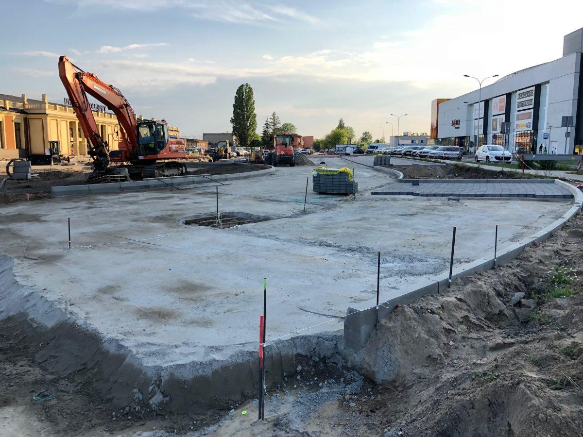 Teren budowy węzła przesiadkowego w rejonie dworców PKP i PKS w Kaliszu. Maszyny budowlane oraz elementy infrastruktury technicznej na wczesnym etapie inwestycji