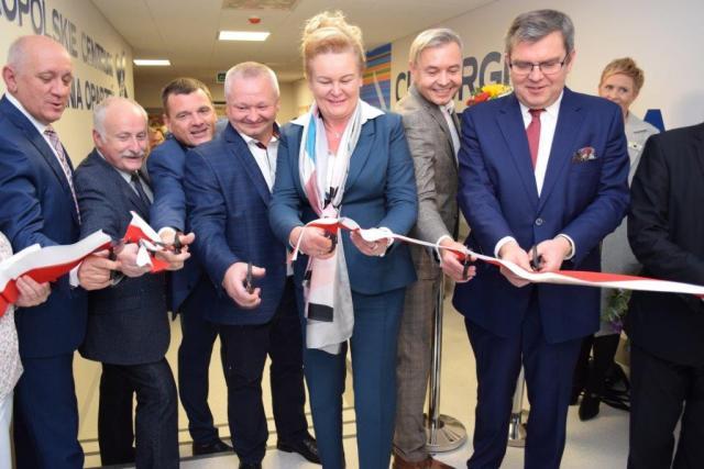 Uroczyste otwarcie Oddziału Anestezjologii i Intensywnej Terapii dla Dzieci. Marzena Wodzińska Członek Zarządu Województwa Wielkopolskiego przecina wstęgę wraz z oficjelami.