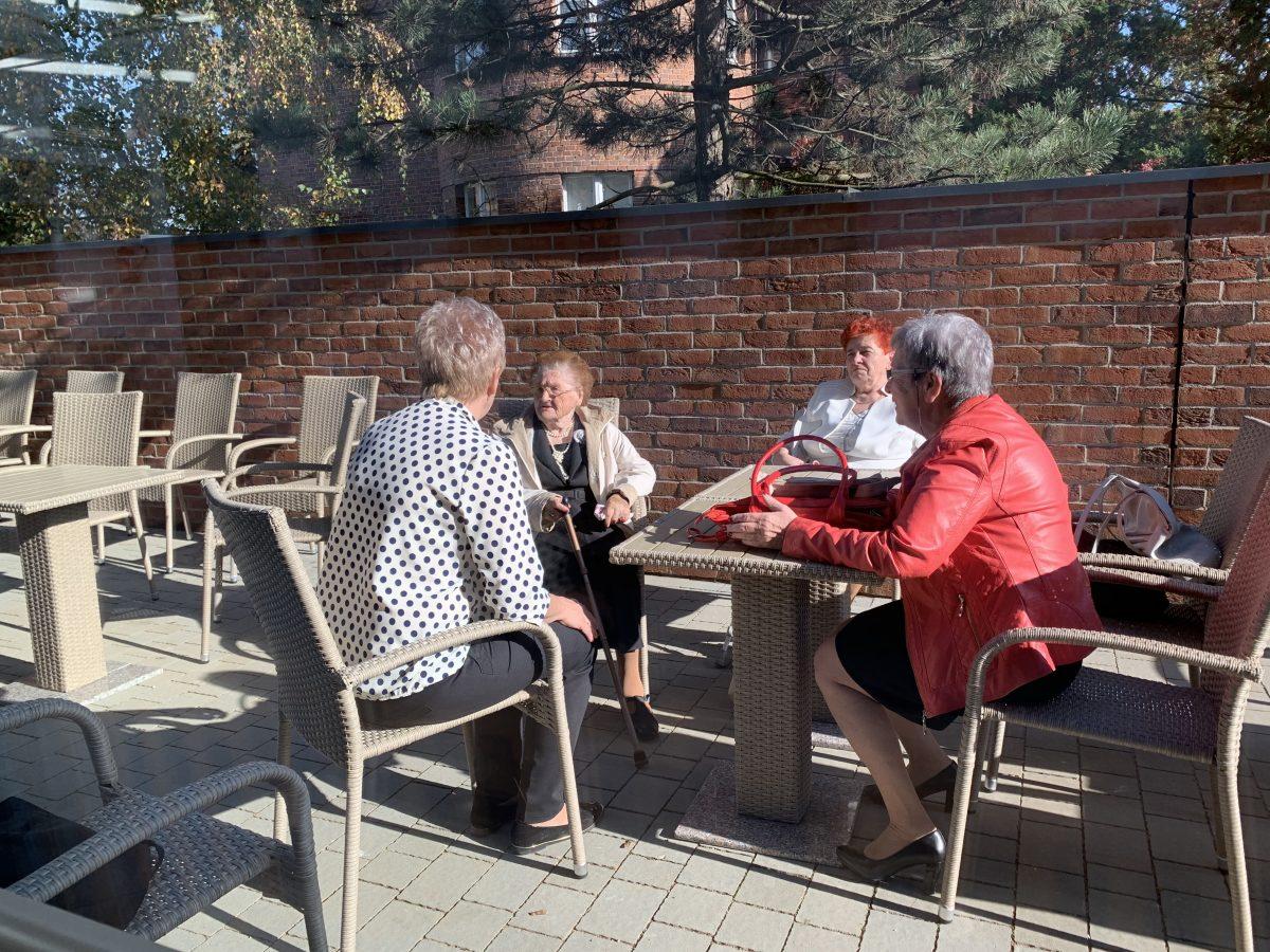 Seniorzy rozmawiają na terenie Całodziennego Klub Seniora i Centrum Wsparcia Opiekunów w Kępnie