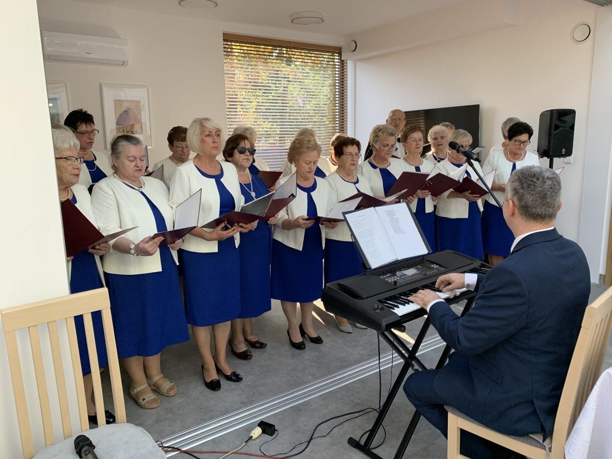 Występ artystyczny chóru na terenie Całodziennego Klub Seniora i Centrum Wsparcia Opiekunów w Kępnie