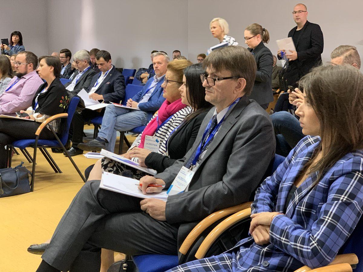 Widok sali konferencyjnej z uczestnikami konsultacji strategii rozwoju Wielkopolski do 2030 roku.