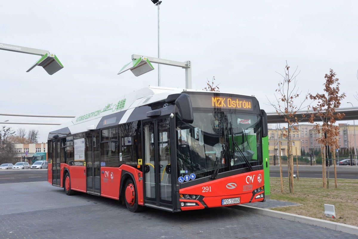 Centrum Przesiadkowe w Ostrowie Wielkopolskim - widok stanowiska ładowania autobusów niskoemisyjnych.