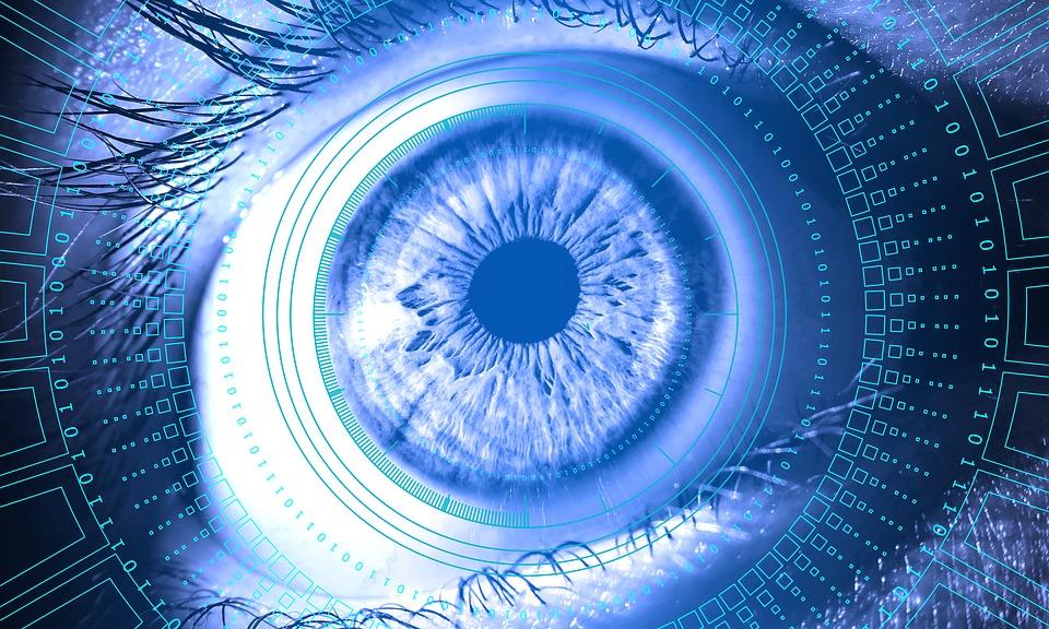 Oko ludzkie w futurystycznym kolażu w niebieskim odcieniu.