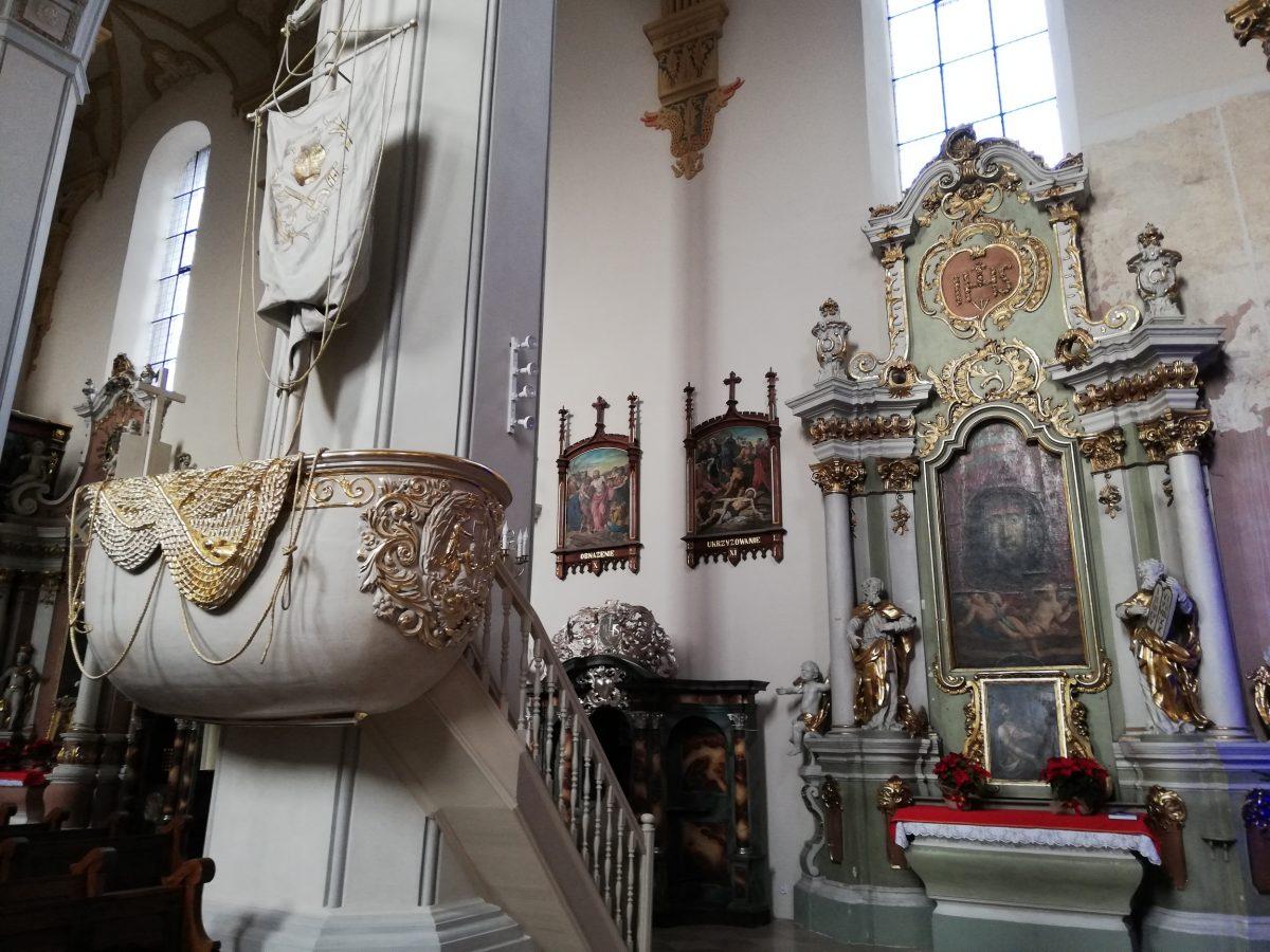 Wnętrze kościoła franciszkanów. Nawa boczna.
