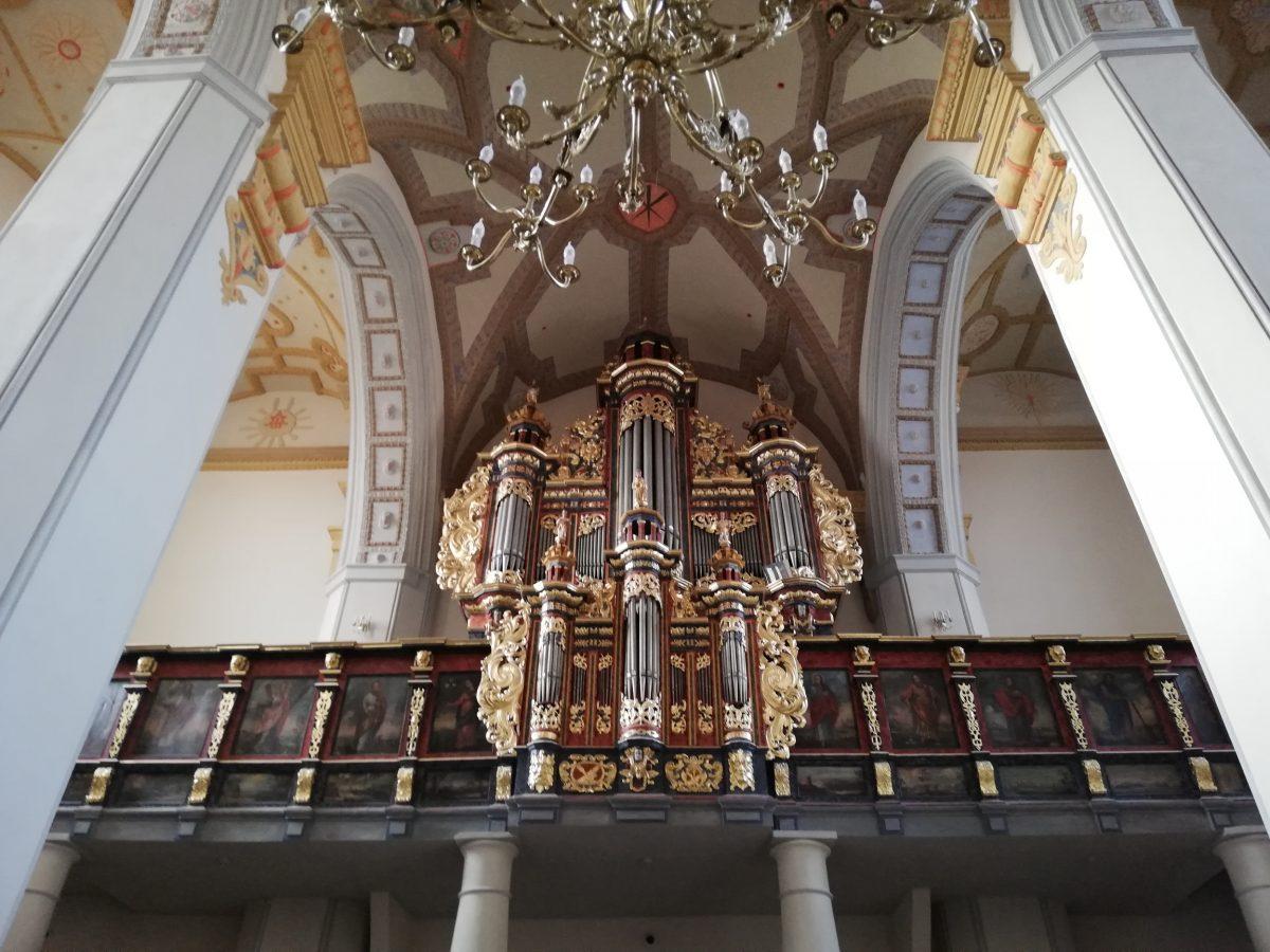 Wnętrze kościoła franciszkanów. Zabytkowe organy na piętrze.