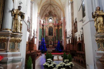 Wnętrze kościoła franciszkanów. Nawa główna.