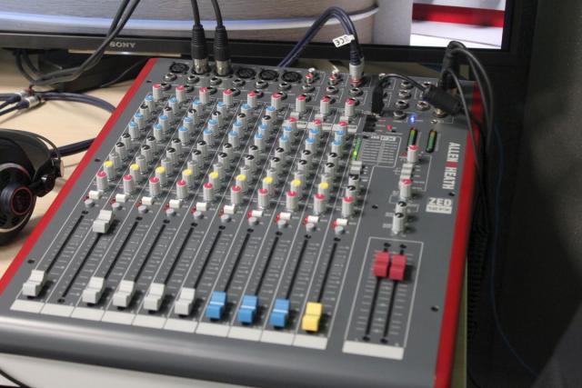 Mikser Audio wraz z okablowaniem.
