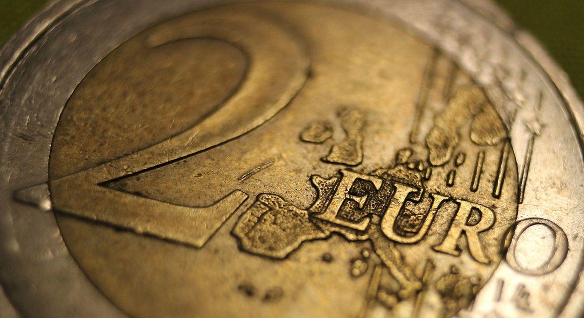 Moneta 2 Euro w sporym zbliżeniu.